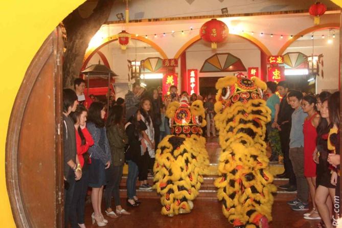 Les invités forment une haie d'honneur qui mène vers l'autel dédié à Guandi