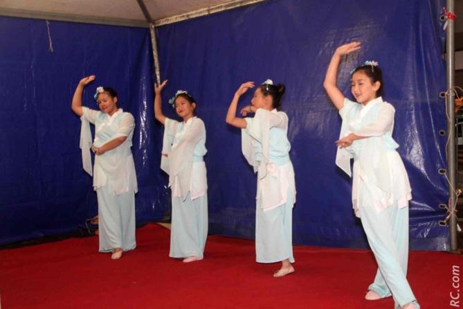 Danses traditionnelles par les ravissantes jeunes filles du Panthère-Club de Saint-Pierre