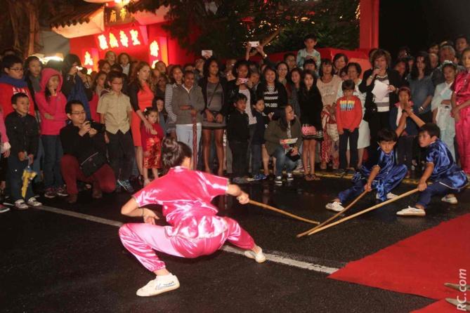 Démonstration d'arts martiaux devant le temple de la rue Marius et Ary Leblond