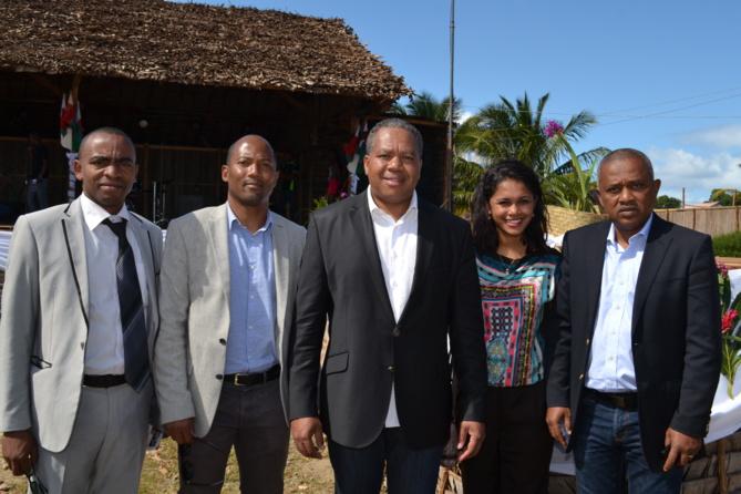 Le Ministre avec son staff rapproché: Gérard Bemasy, conseiller, Claudia Lamarre, Chef du Protocole, et Achille Razafindramosa, directeur de cabinet