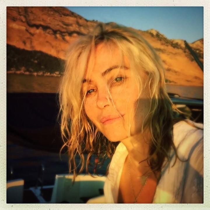 Emmanuelle Béart rayonnante au naturel sur Instagram