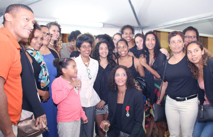 Avec toutes ses amies et le président (à gauche) du HBF