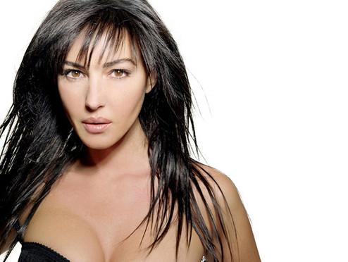 Monica Bellucci nue et heureuse