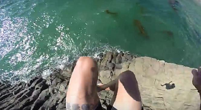 Le cascadeur frôle la mort en sautant d'El Morro
