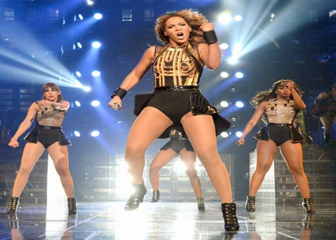 Des danseurs de Beyoncé fiancés sur scène