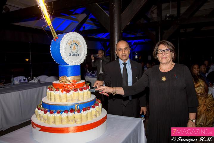 Le gâteau d'anniversaire coupé par la représentante nationale de Crowe Harwath aux côtés de Abdoullah Lala