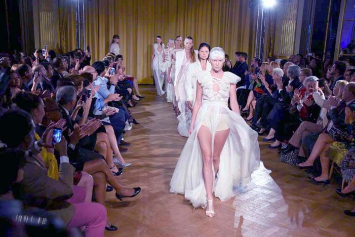 Un défilé haute couture au Centre Interalliée à Paris