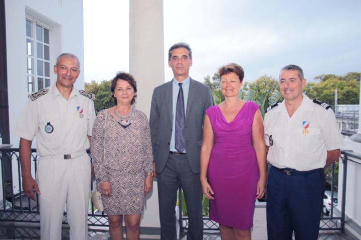 Le Préfet Dominique Sorain avec Jean-François Lebon, directeur départemental de la sécurité publique, et son épouse, et le colonel Luc Auffret, commandant de la Gendarmerie à La Réunion, et son épouse
