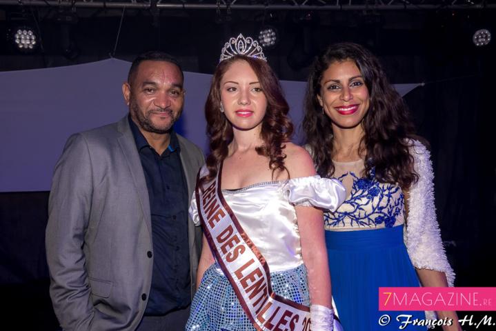 Ophélie Baillif entourée par Tony Patel et Yoana Atchama, présentateurs de la soirée