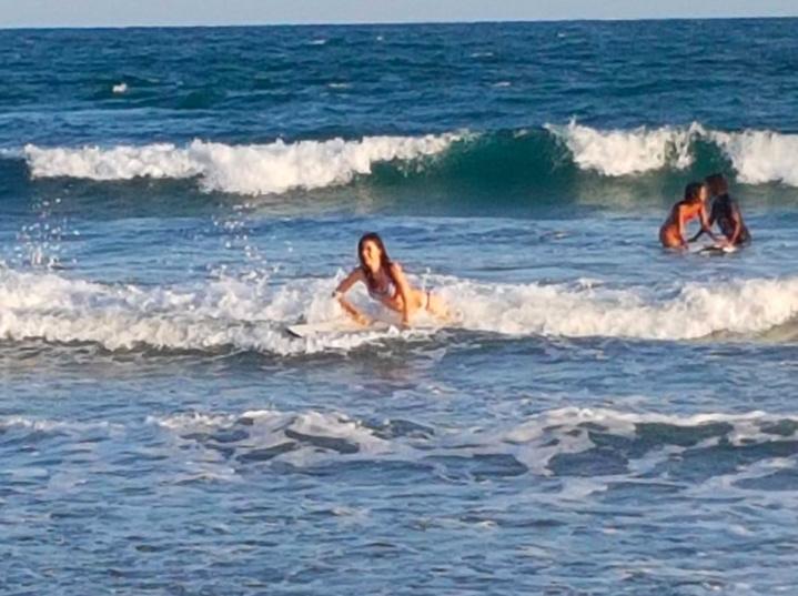 Séance de surf pour Miss Réunion à Madagascar