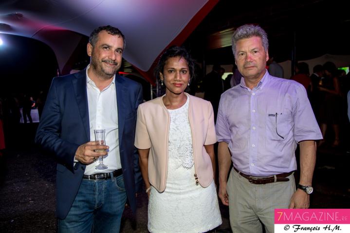 Olivier Bajard, directeur général de la SHLMR, avec Nadia Ramassamy, vice-présidente de la Région, et un invité