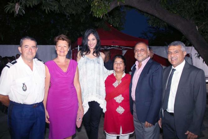 Le colonel Luc Auffret et son épouse, Azuima Issa, Rabia et Osman Badat, et Younous Ravate