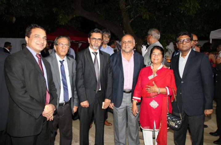 Sanjeev Kumar Bhati, Ismaël Locate, Anwar Patel, Osman et Rabia Badat, et Son Excellence Dr. Mohan Kumar
