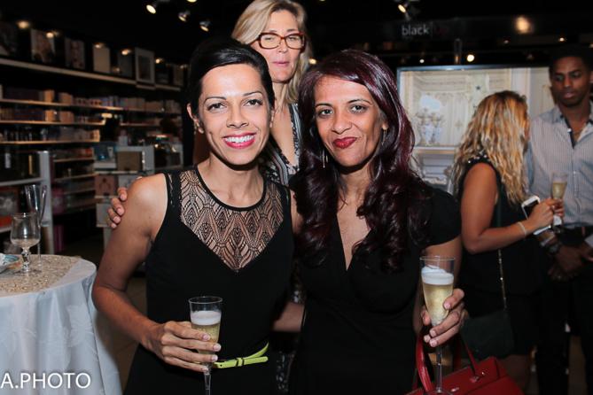Asma Ingar et Zarah Abdulhoussen, directrice de la boutique Lancel à La Réunion