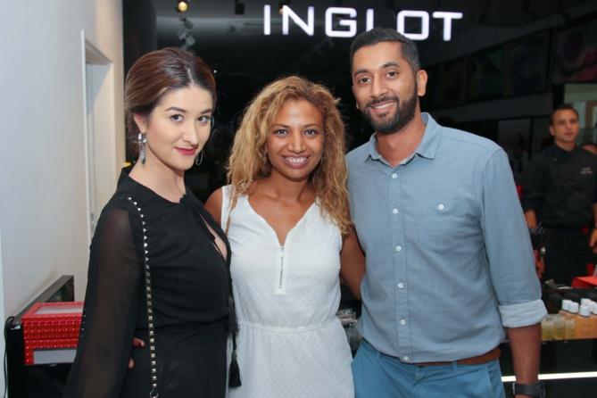 Hélène Clément, coiffeuse et maquilleuse free-lance, Audrey Fontaine, maquilleuse pro, et Nicolas Doussaud, photographe
