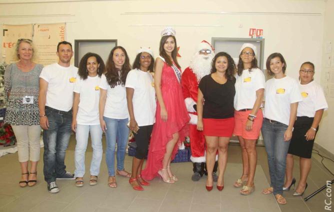 Ambre N'guyen et le Père Noël avec l'équipe d'organisation