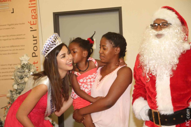 Ambre N'guyen avec les enfants au CHU Saint-Pierre: des sourires et des étoiles plein les yeux!