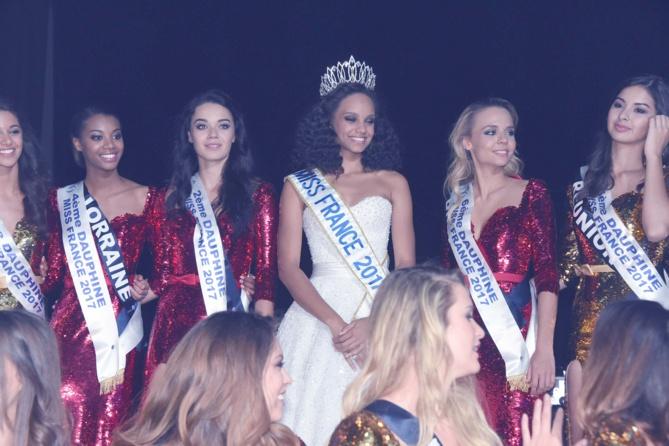 Alicia avec les Miss qui ont obtenu des Prix