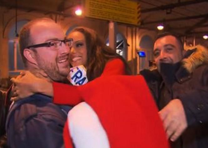 Miss France dans les bras d'un policier