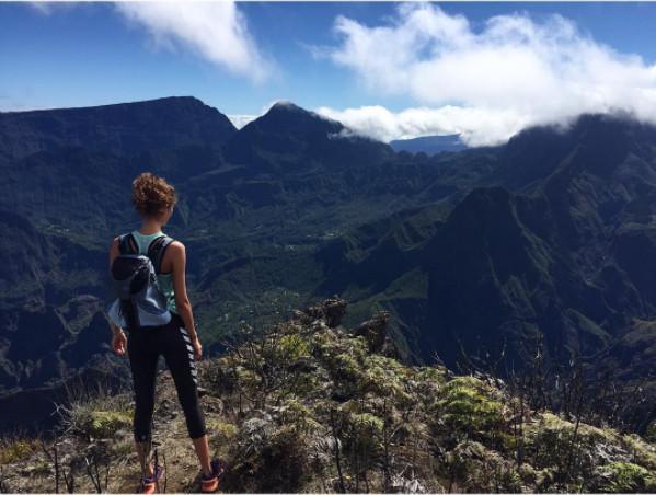 Pauline Hoarau en randonnée, dans les montagnes sublimes de son île