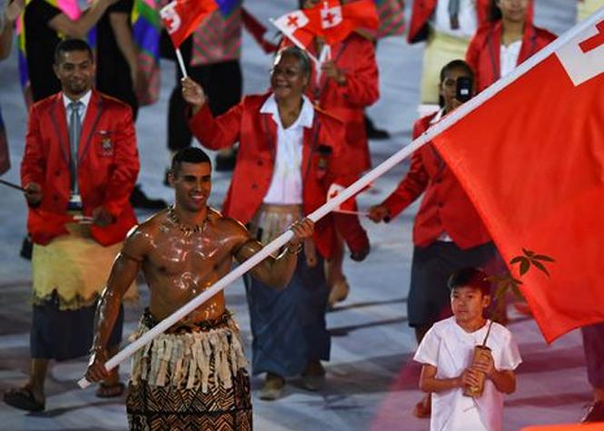Le porte-drapeau huilé des Tonga veut faire les Jeux d'hiver!