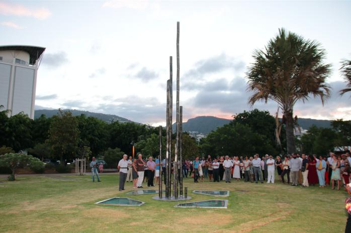 L'oeuvre de Xavier Daniel, une sculpture monumentale de 4 m x 4m x 7 m de haut intégrée à la pelouse, cette œuvre formalise la devise de la République « Liberté, Egalité, Fraternité » à laquelle sera adjoint un quatrième mot : laïcité.