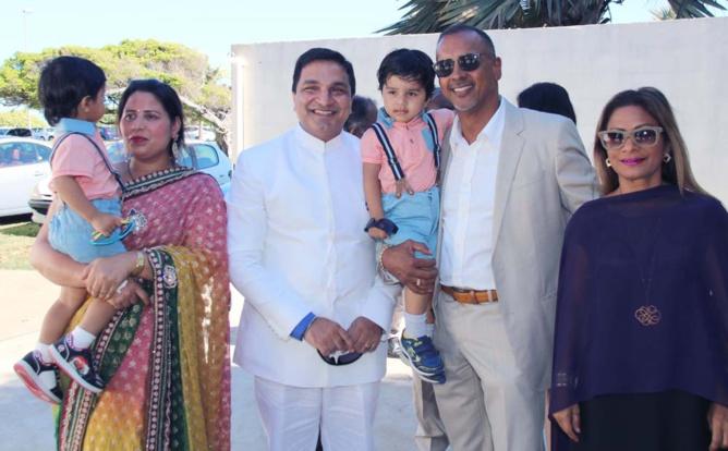 Sanjeev Bhati, son épouse et leurs enfants, avec Joël et Annie Narayanin