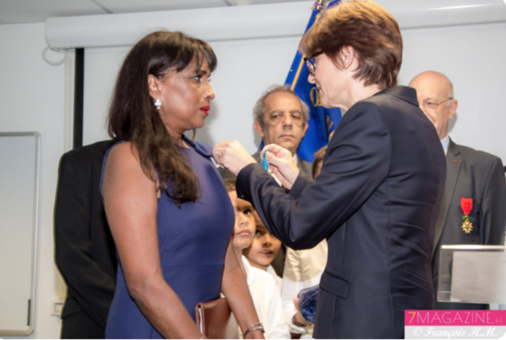 Médaille remise par Christine Geoffroy, marraine d'Ida Camalon