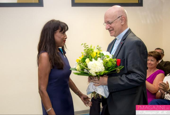 Le bouquet de l'évêque à la directrice de l'université catholique