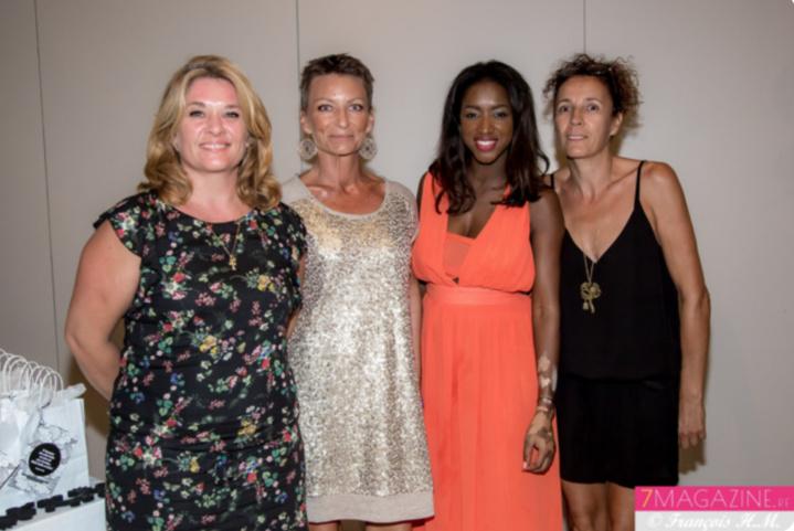 Hapsatou Sy entourée de Sandrine, Carole et Malika, distributrices de la marque à La Réunion