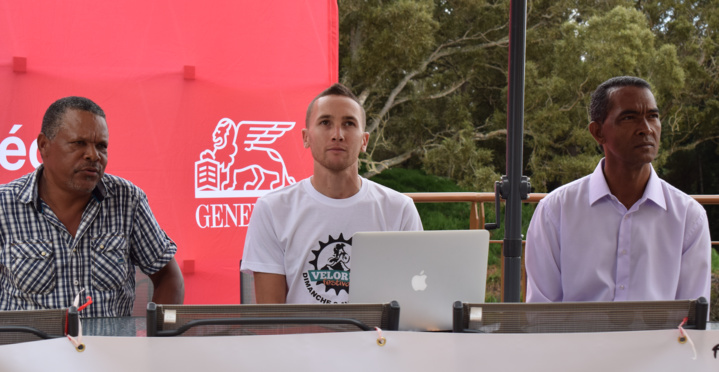 Grégory Maillot, entouré par Alexandre Thomas, adjoint au sport à la Mairie de Trois Bassins, et de Jean-Hugues Ramakistin, président du club 2CTB
