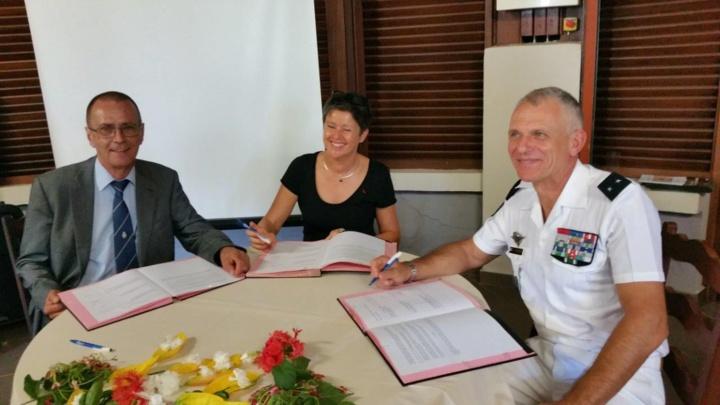 Signature de la convention par Bernard Salva, Nathalie Costantini et le général Frank Reignier
