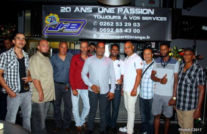 Jean François Bovalo au centre avec toute son équipe de JFB Transport