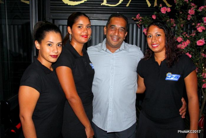 JF Bovalo entouré des hôtesses de la soirée