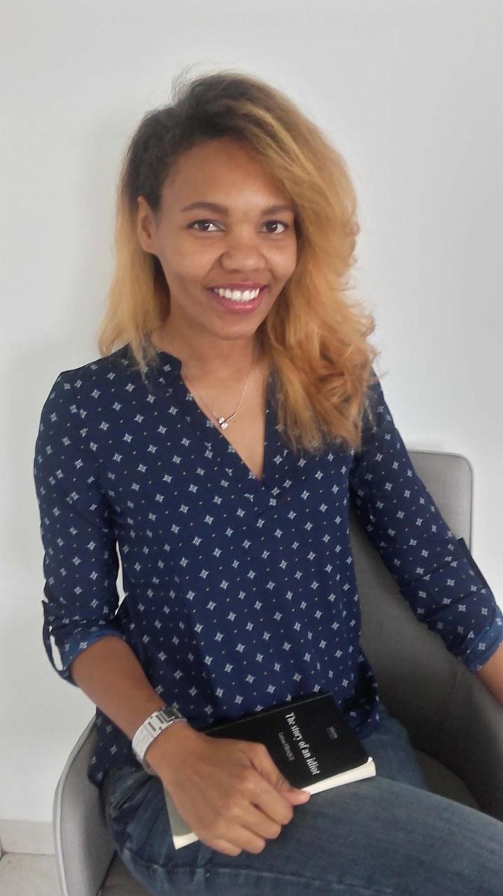 Larissa prépare un diplôme de styliste en accessoires de mode