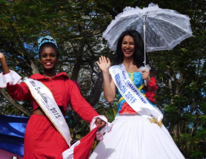 Chaque année, Miss Réunion participe à ce carnaval, ici Azuima Issa en 2016, aux côtés de Miss Seychelles