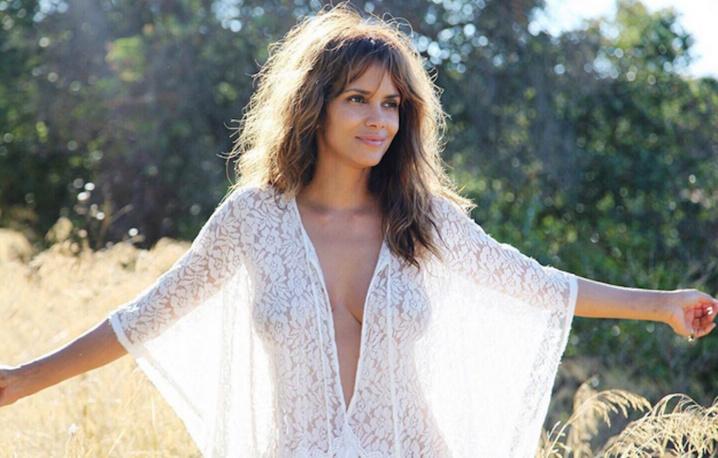 Halle Berry dévoile ses courbes en transparence