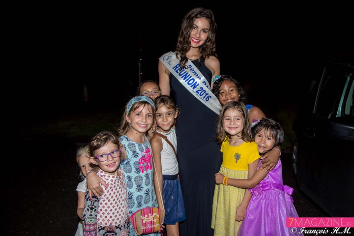 Les enfants toujours fous de Miss Réunion! Elle les fait rêver...