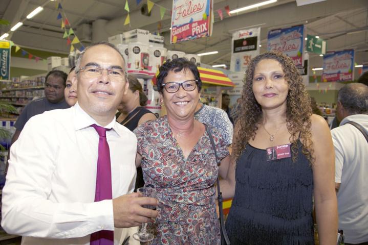 Le directeur avec Sylvette Edmond, gagnante d'une cave à vins, et la commerciale CBA Nadège