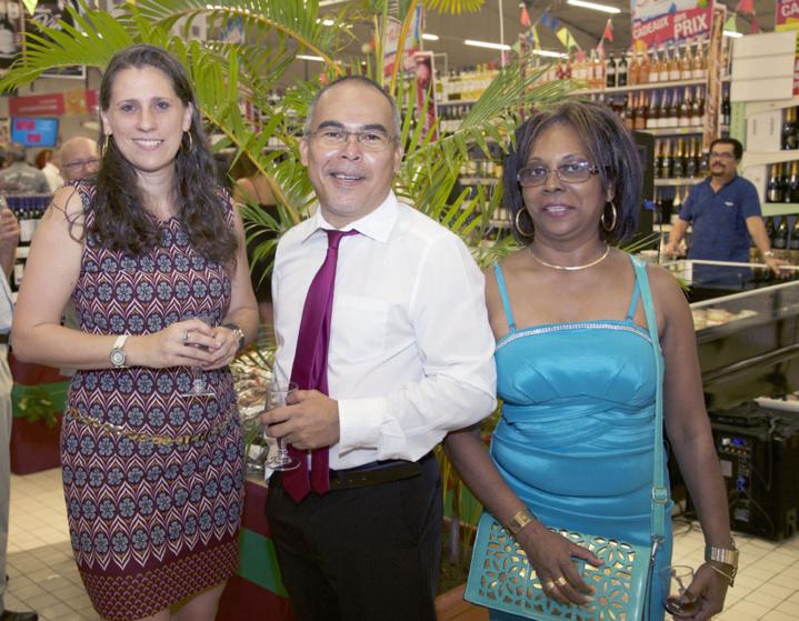 Le directeur avec Sandra Lizeux, et Nadia, une cliente