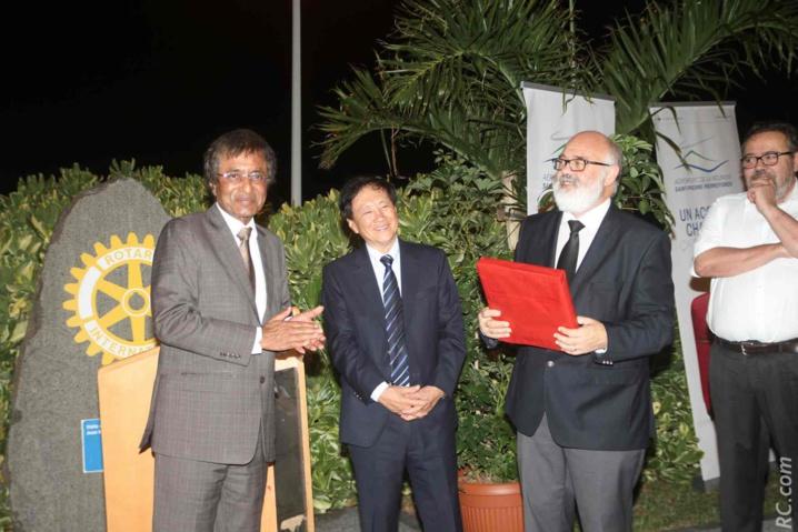 Echange de cadeaux entre le Ministre du Tourisme de Maurice Anil Gayan et Patrick Malet, président du Syndicat Mixte de Pierrefonds