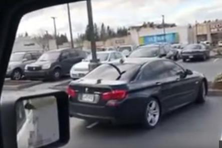 [VIDEO] Fallait mieux se garer!