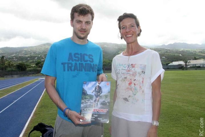 Christophe Lemaître vient de recevoir un «Run-Sport» qui traite de l'athlétisme à la réunion,  et Anne Atia de la Ligue Réunionnaise d'Athlétisme