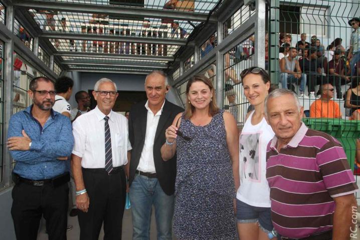 Jean-Claude Lacouture entouré de plusieurs de ses invités, dont Yolaine Costes, conseillère régionale et Mélina Robert-Michon qui a préféré faire l'impasse sur la compétition pour mieux préparer son stage de cette semaine au Tampon.