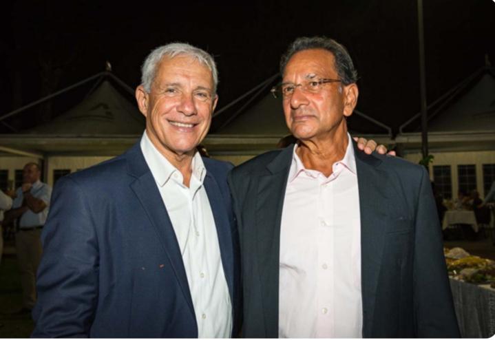 François Caillé et Jean-Hugues Savaranin, propriétaire du Domaine Moka à Sainte-Marie