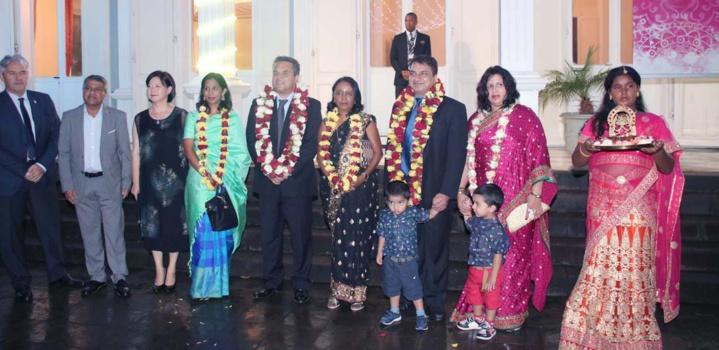 Sanjeev Kumar, Consul de l'Inde à La Réunion, son épouse, et leurs enfants étaient présents aux côtés du président Didier Robert