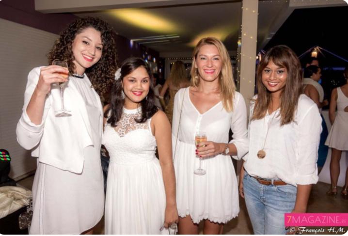 De très jolies femmes à cette soirée...