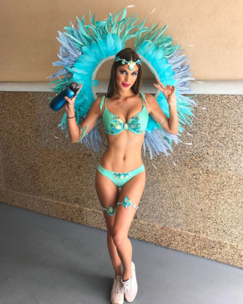 Iris Mittenaere ultra sexy au Carnaval des îles Caïmans