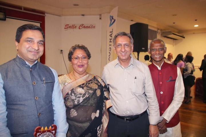 Sanjeev Kumar, la secrétaire de Tamij Sangam, Aziz Patel, et Gérard Aho