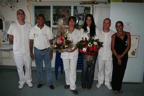 L'équipe du CHGM de Saint-Paul avec Delphine Courteaud et Ibrahim Ingar, le président de l'Association 1000 Sourires